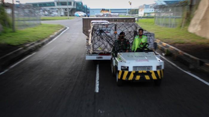 Petugas kargo membongkar muat vaksin COVID-19 AstraZeneca di Bandara Soekarno Hatta, Tangerang, Kamis (2/9/2021). Sebanyak 500 ribu dosis vaksin AstraZeneca tiba di Indonesia yang merupakan dose sharing dari Pemerintah Australia. ANTARA FOTO/FAUZAN/rwa.