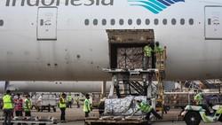 Vaksin COVID-19 AstraZeneca tiba di Bandara Soekarno Hatta, Tangerang, Kamis (2/9). Vaksin ini merupakan vaksin COVID-19 tahap ke-48 yang mendarat di Indonesia.