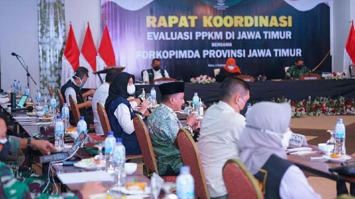 Khofifah saat memimpin rapat koordinasi dengan kepala daerah di wilayah Bakorwil Jember