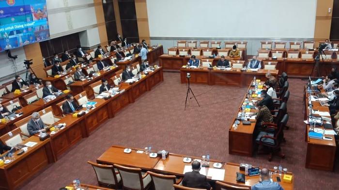 Menlu Rapat dengan Komisi I DPR