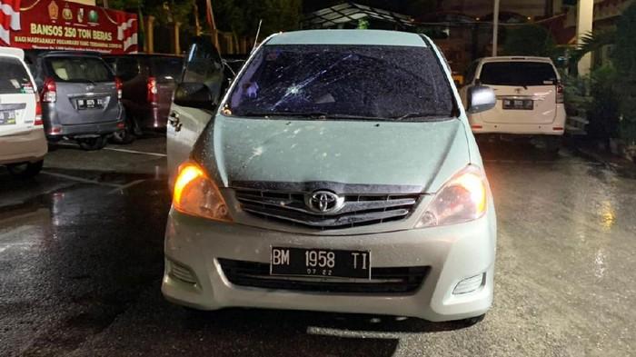 Mobil anggota DPRD Pekanbaru yang rusak gegara pengeroyokan (Raja-detikcom)