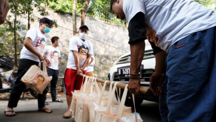 Pengagum Cak Imin yang mengatasnamakan diri Relawan Muhaimin Peduli (RMP) kembali menggelar aksi sosial, kali ini membagikan paket sembako untuk guru ngaji.