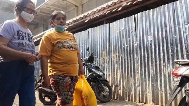 Pedagang dan pembeli di Pasar Ciputat tak pakai masker, ada yang diturunkan ke dagu