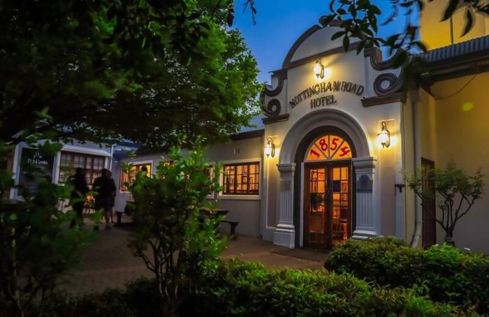 Horor! Di 7 Restoran Ini Pengunjung Bisa Makan Bareng Hantu