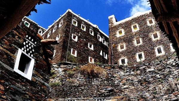 Masih di daerah yang sama, Asir, Desa Rijal Almaa memiliki bangunan batu kuningan dengan daun jendela berwarna cerah. (Visit Saudi)
