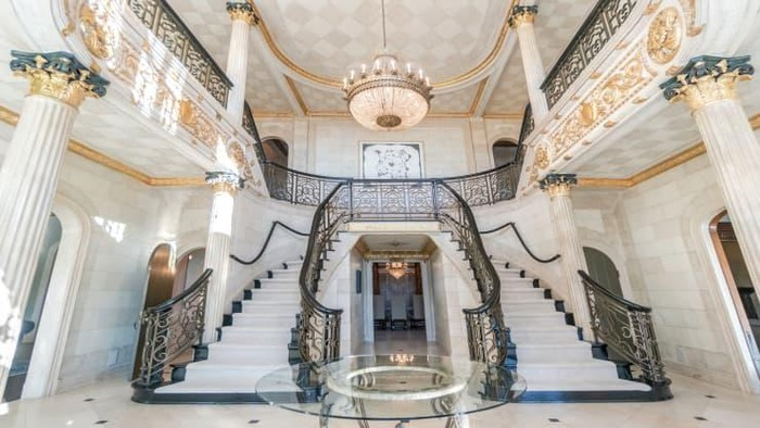 Sebuah mansion yang pernah jadi salah satu rumah paling mahal di New Jersey kini turun harga. Sempat dijual Rp 561,6 miliar, kini rumah itu diobral Rp 66,2 M.