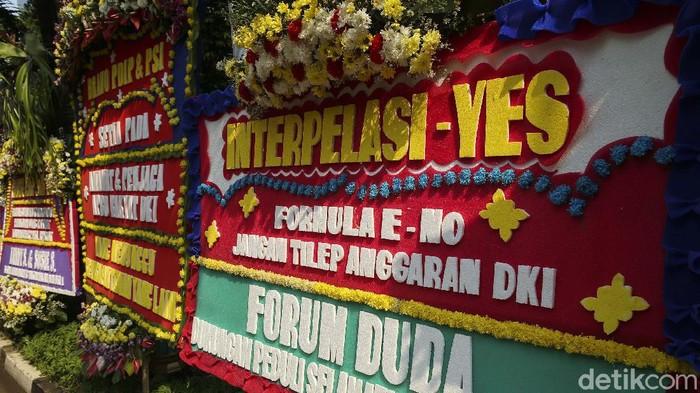 Kantor DPRD DKI Jakarta kebanjiran kiriman karangan bunga. Sebagian besar bertuliskan dukungan interpelasi terhadap Gubernur DKI Jakarta Anies Baswedan soal Formula E.