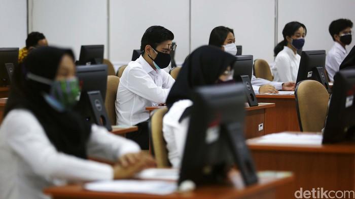 Pelaksanaan tes seleksi kompetensi dasar (SKD) Calon Aparatur Sipil Negara (CPNS) 2021 berjalan mulai hari ini. Begini suasana tes di gedung Badan Kepegawaian Nasional Jakarta.