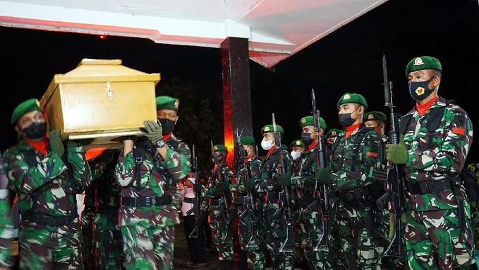 Empat peti Jenazah anggota TNI korban serangan separatis berada di Aula Praja Vira Tama Markas Komando Korem 181/PVT Kota Sorong, Papua Barat, Kamis (2/9/21). Empat jenazah prajurit TNI AD, korban penyerangan Kelompok Saparatis Teroris (KST) di Pos persiapan Koramil Kisor Distrik Aifat, Kabupaten Maybrat, Papua Barat tiba dan disemayamkan di Kota Sorong untuk selanjutnya akan diterbangkan ke daerah masing-masing. ANTARA FOTO/Olha Mulalinda/rwa.