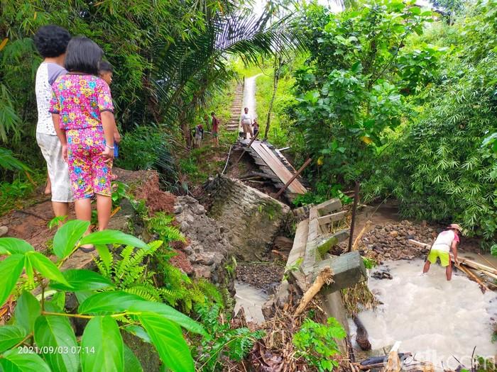 Banjir menerjang Desa Salulossa, Kelurahan Lakahang, Kecamatan Tabulahan, Kabupaten Mamasa, Sulbar. Banjir menyebabkan jembatan penghubung rusak. (Abdy F/detikcom)