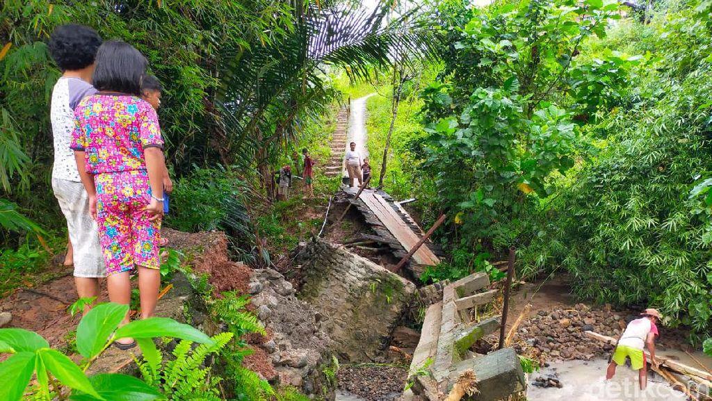 Sebuah Jembatan Penghubung di Mamasa Rusak Diterjang Banjir