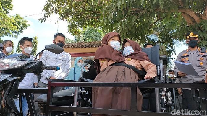 Bocah kembar siam dempet perus di Garut kini dapat pergi ke sekolah dengan nyaman usai diberi motor modif oleh Kapolres Garut.