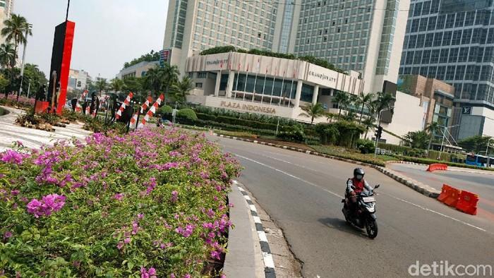 Bunga bougenville bermekaran di jalur hijau DKI Jakarta. Gubernur DKI Jakarta Anies Baswedan turut mem-posting momen tersebut.