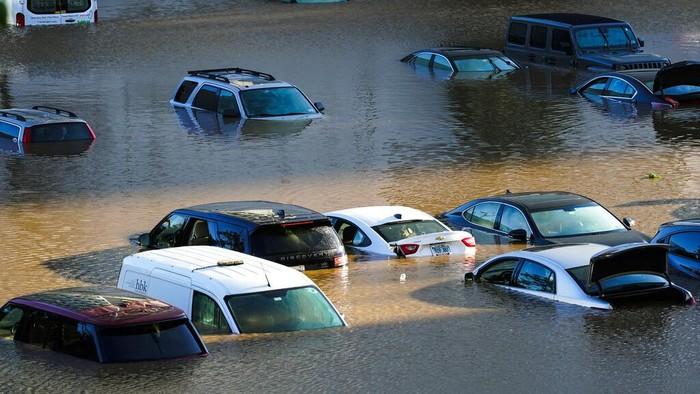 Badai Ida menyebabkan banjir bandang di Amerika Serikat. Selain merusak bangunan, banjir juga merendam kendaraan. Begini penampakannya.