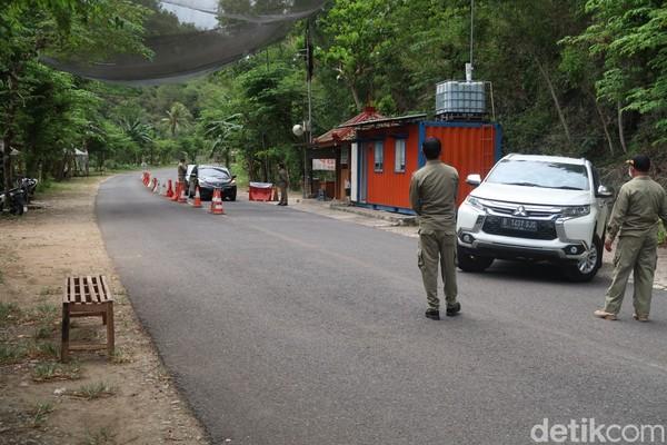Totalnya ada 28 personel terdiri dari 4 anggota TNI, 9 anggota Polri, 4 orang dari Dinas Perhubungan (Dishub), 7 orang dari SAR Satlinmas dan 4 orang dari Satpol PP Kabupaten Gunungkidul yang berjaga.