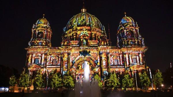 Katedral Berlin diterangi pada malam pembukaan resmi Festival of Lights ke-17 di Berlin, Jerman, Kamis (2/9/2021) waktu setempat. AP/Paul Zinken