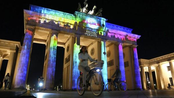 Berbagai landmark dan bangunan terkenal di Berlin bersinar dan berkilau selama perayaan Festival of Lights. AP/Michael Sohn