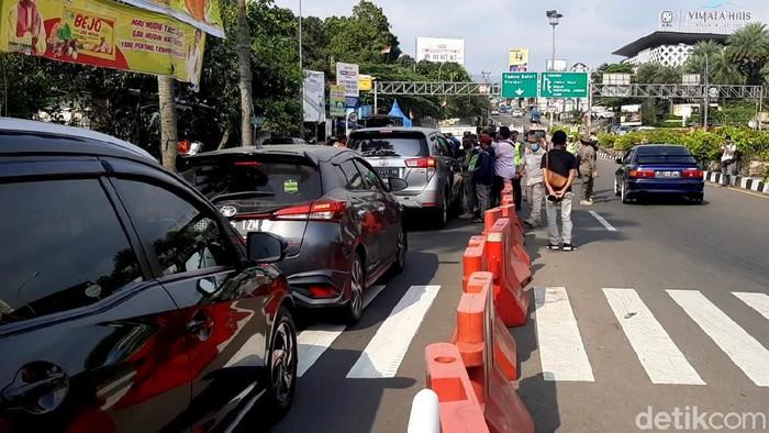 Satgas COVID-19 Kabupaten mulai melakukan ujicoba sistem ganjil genap untuk kendaraan menuju kawasan wisata Puncak, Bogor, Jum'at (3/9/2021).