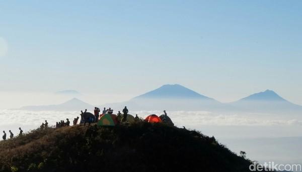 Dari puncak Gunung Prau, Anda akan dimanjakan dengan pemandangan Gunung Sindoro dan Sumbing yang terlihat sangat elegan dan gagah.(Uje Hartono/detikcom)