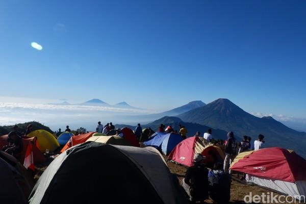 Gunung Prau memiliki banyak jalur pendakian. Traveler bisa menggapai puncaknya dari Jalur Patak Banteng, Dieng, hingga Kali Lembu. (Uje Hartono/detikcom)
