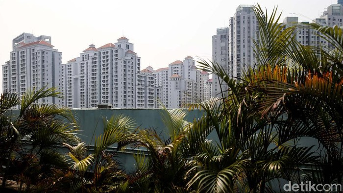 Sejumlah tower apartemen di kawasan Jakarta Barat tampak berdiri tegak, Jakarta, Jumat (3/9/2021). Tarif apartemen sewa sepanjang kuartal II tahun ini relatif stabil di tengah tekanan pasar akibat banyaknya ekspatriat yang pulang ke negaranya lantaran kondisi bisnis secara umum tertekan pembatasan yang diberlakukan untuk mengatasi pandemi Covid-19.