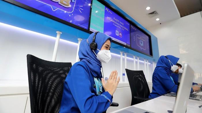 Pekerja XL Axiata melayani pelanggan yang bertepatan dengan Hari Pelanggan Nasional 2021 di XL Center, Jakarta, Jumat (3/9/2021). XL Axiata dalam menyambut Hari Pelanggan Nasional 2021 mengusung tema Kado Pelanggan #darirumah dengan memberikan sejumlah penawaran khusus untuk pelanggan XL, AXIS dan PRIORITAS.
