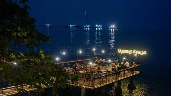 Sesuai namanya, kedai kopi Ujung Senja memang pas dikunjungi saat senja. saat ini Kabupaten Batang dinyatakan menjalani PPKM level 2. (Harviyan Perdana Putra/Antara)