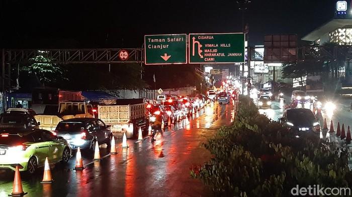 Arus lalu lintas di kawasan Puncak Bogor menjelang akhir pekan malam ini terpantau mengalami kemacetan.