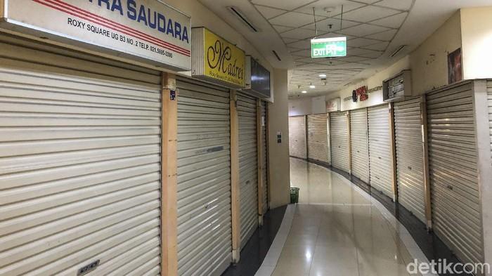 Pandemi Corona memukul sektor bisnis dan menyasar sejumlah kios di pusat perbelanjaan. Salah satunya di Roxy Square, Jakarta.