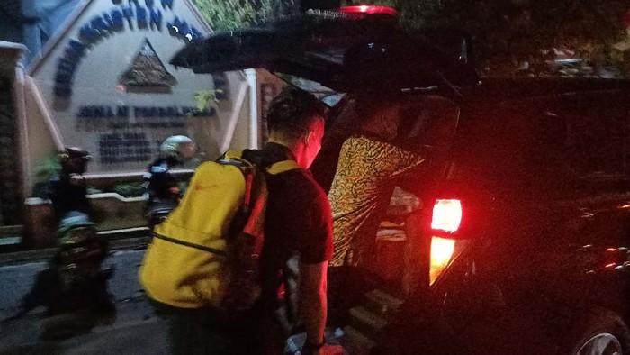 Selama 9 Jam penyidik KPK menggeledah rumah Bupati Probolinggo di Jalan Ahmad Yani No 9 Kelurahan Sukabumi Kecamatan Mayangan. Dari hasil penggeledahan itu, KPK membawa barang bukti sebanyak 5 koper besar, Kamis (2/9/2021). Penggeledahan dilakukan terkait suap jual beli jabatan kades.