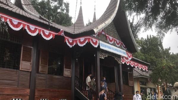 Inilah Museum sekaligus rumah kelahiran Buya Hamka di pinggir Danau Maninjau, Agam, Sumatera Barat. Bentuk bangunannya khas Minang sekali. Menparekraf Sandiaga Uno berkunjung ke museum ini pekan lalu.
