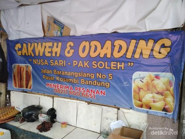 Odading Mang Oleh menjajakan makanannya di dalam sebuah tenda