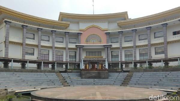 Ada pula Ampitheater yang digunakan untuk pertunjukan kehidupan, hiburan hingga pertunjukan seni.
