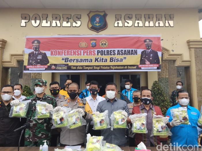 Polres Asahan menangkap seorang pria terkait peredaran narkoba berjenis sabu jaringan Malaysia. Sabu seberat 28 kg jadi bukti. (Perdana Ramadhan/detikcom)