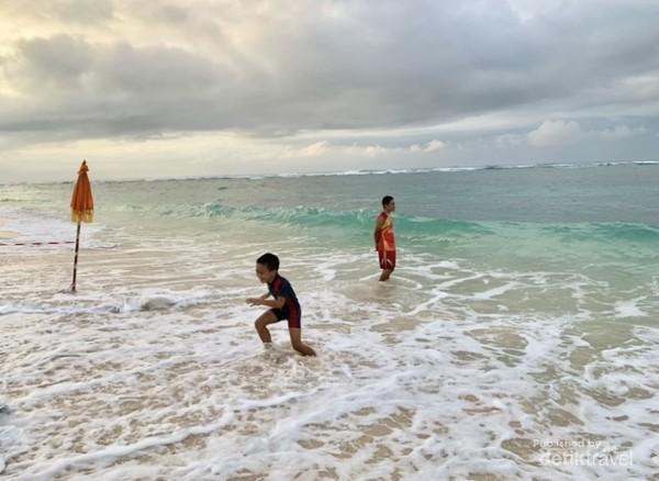 Berenang di Pantai Pandawa