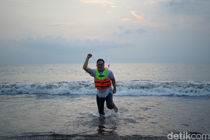 Saipul Jamil rayakan kebebasan dengan chilling di pantai.