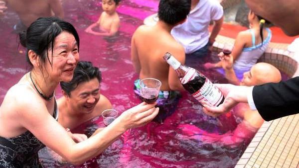 Selain dapat menikmati minuman, para tamu juga dapat memanjakan tubuh dengan berendam kolam air anggur merah.