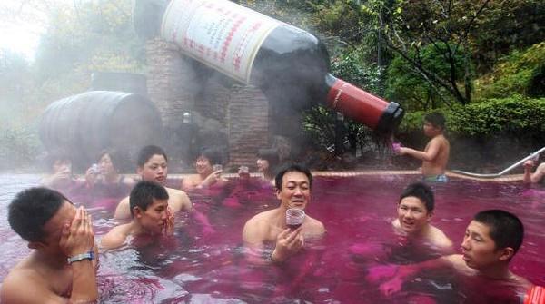 Mandi di onsen dengan air panas alami sudah jadi hal biasa. Di Yunessun Spa Resort, kamu bisa menjajal mandi dengan air anggur merah. Getty Images/Junko Kimura