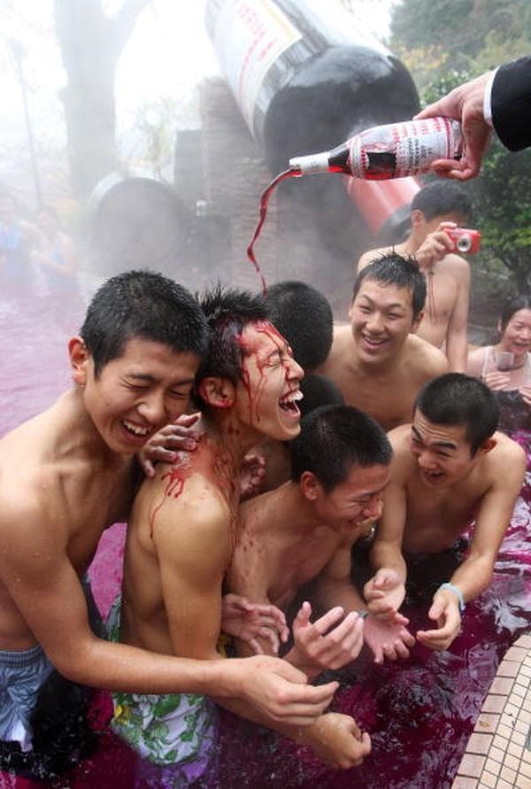 Bagi tamu yang tidak suka minum anggur merah, tidak perlu khawatir. Karena, di tempat ini juga menawarkan kolam air panas berisi air kopi, teh dan green tea.