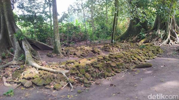 Situs Ngloram merupakan tinggalan sisa sejarah yang penting dan harus dijaga. Di lokasi terdapat batu bata kuno yang berserakan dan bertumpuk di satu lokasi.
