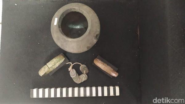 Hal tersebut berdasarkan Prasasti Pucangan yang sekarang berada di Calcutta, India. Di dalam lokasi Situs Ngloram terdapat dua Punden. Ada juga tumpukan batu bata berukuran 20 x 30cm dengan tebal sekitar 4 cm.