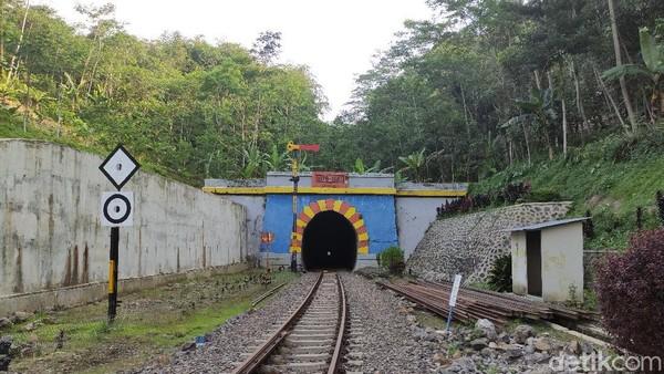 Terowongan Lampegan merupakan salah satu terowongan kereta api tertua di Indonesia. Dibangun pada tahun 1879 sampai dengan 1882 oleh Perusahaan Kereta Api Negara Staatspoorwegen (SS). (Ismet Selamet/detikTravel)