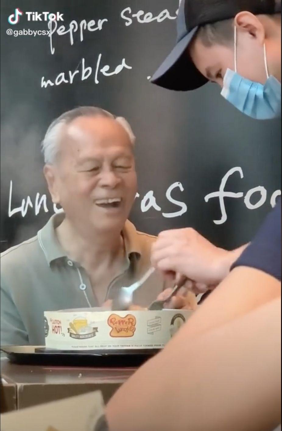 Viral Pegawai Resto Bantu Lansia Aduk Makanan, Dibalas dengan Senyum Lebar!
