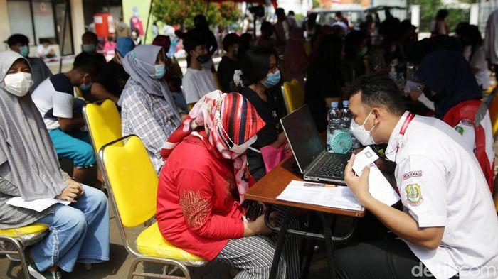 PMI menggelar vaksinasi COVID-19 kepada warga di Kota Bekasi. Sebanyak 1000 dosis vaksin Pfizer disuntikkan kepada warga masyarakat hari ini.