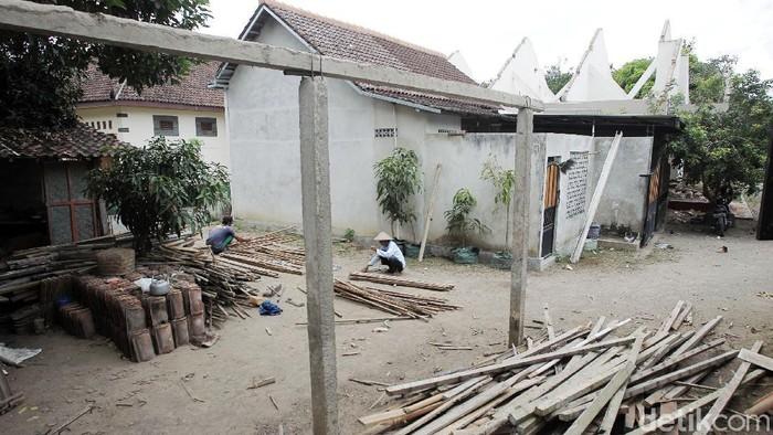 Warga Sleman melakukan pembongkaran rumah yang terdampak proyek tol Yogya-Bawen. Pembongkaran dilakukan setelah menerima ganti rugi atas tanah dan bangunan.
