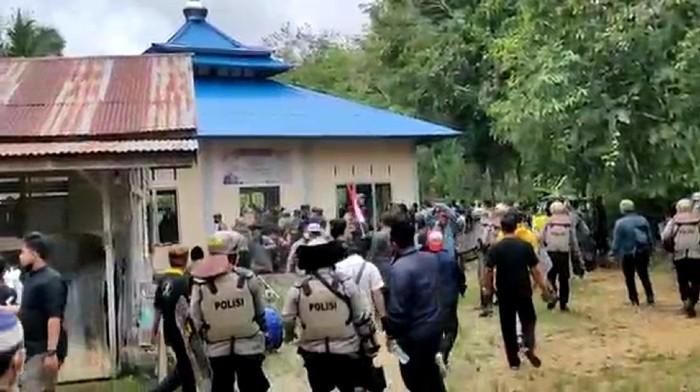Warga rusak masjid Ahmadiyah di Sintang, Kalbar (dok. Istimewa)