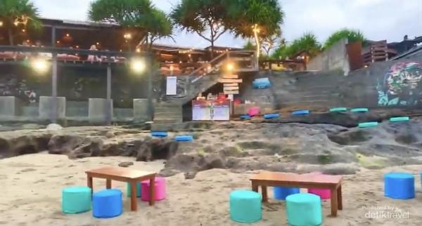 B Kafe di tepi pantai