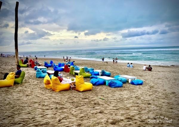 A Suasana sore di Pantai C anggu