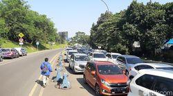 Momen Evakuasi Ibu Hamil yang Hendak Melahirkan di Tengah Kemacetan