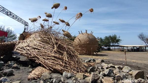 Lima karya seni instalasi itu meliputi replika penyu raksasa berbahan bambu yang ditempatkan di Pantai Trisik. Ada juga replika virus Corona di Alun-alun Wates. (Jalu Rahman Dewantara/detikTravel)